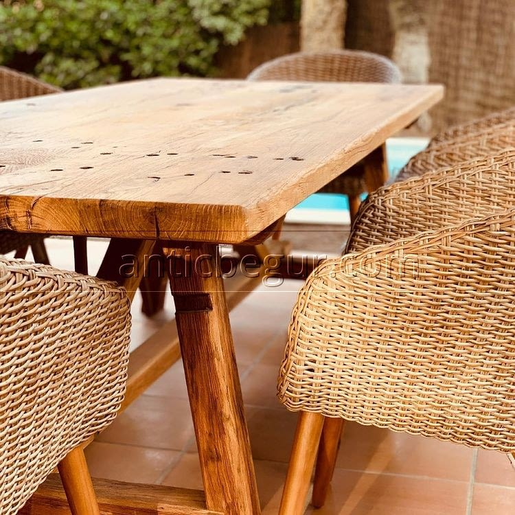 mesa fabricada en madera de roble viejo.
