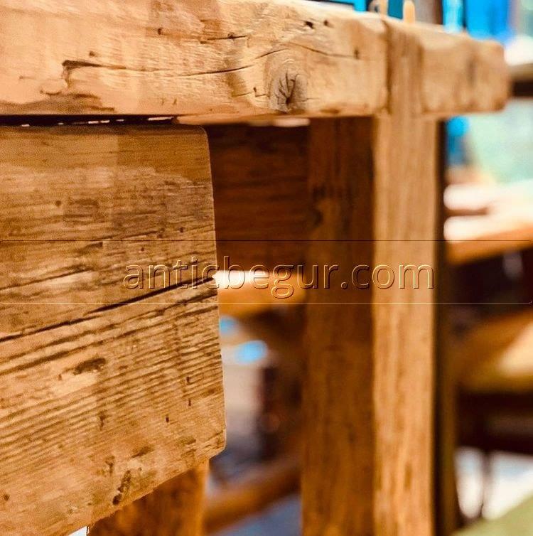 mueble está fabricado de forma artesanal con madera recuperada