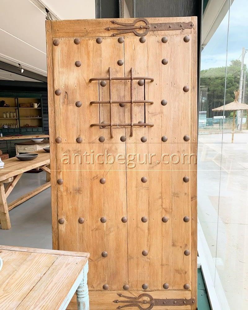Restauración antigua puerta de madera ANTIC BEGUR